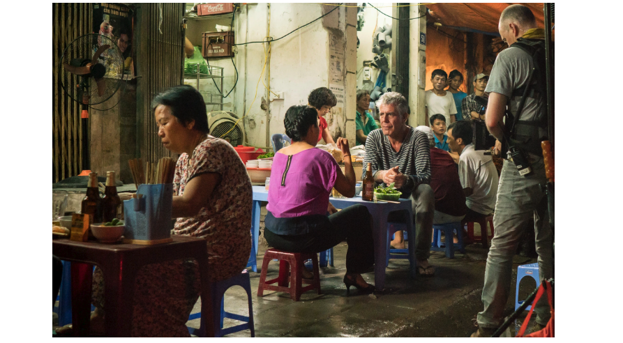Anthony Bourdain eatting street food in Vietnam